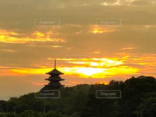 夕焼けを背景にした備中国分寺五重塔の写真・画像素材[2371547]