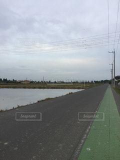 道路の隣の水域の写真・画像素材[2322404]