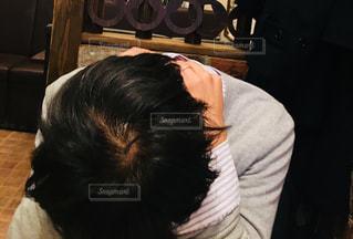 薄毛に悩む男性の写真・画像素材[1829950]