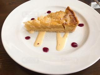 テーブルの上のケーキをのせた白プレートの写真・画像素材[1852538]