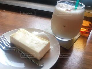 コーヒーとテーブルの上のミルクのガラスのカップの写真・画像素材[1852540]