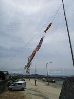 空中で凧を飛ばす人々のグループの写真・画像素材[4485128]
