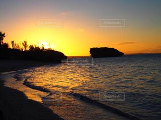 水の体に沈む夕日の写真・画像素材[1234291]