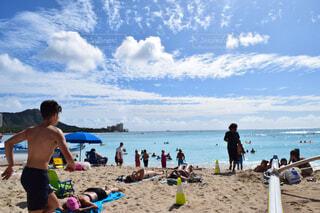 ワイキキビーチで海水浴の写真・画像素材[4486184]