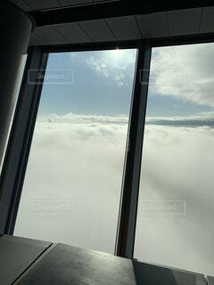 窓の外を見るビューの写真・画像素材[4558789]