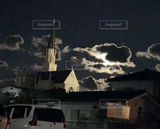 雲越しの月明かりに照らされる教会の写真・画像素材[4480646]