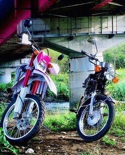 建物の脇に止まっているオートバイの写真・画像素材[4816819]