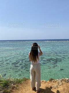 ビーチの前に立っている人の写真・画像素材[4485914]