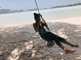 砂浜でブランコの写真・画像素材[4520468]