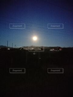 月に照らされた街の写真・画像素材[4494020]