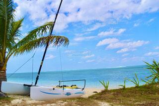 海の隣の砂浜の上に座っているボートの写真・画像素材[4514050]