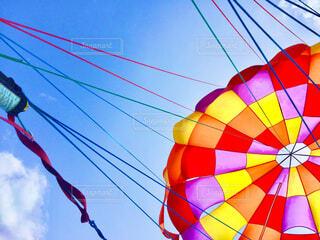 空中を飛ぶカラフルな凧の写真・画像素材[4514099]