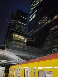 早朝の駅から見上げたビル群の写真・画像素材[4555194]