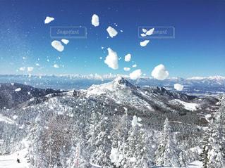 雪に覆われた山の上に立って人々 のグループの写真・画像素材[882666]