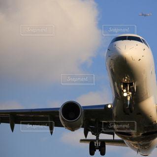 青い空を飛ぶ大型旅客機 - No.767233