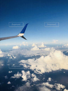 空中を高く飛ぶ大型飛行機の写真・画像素材[4535305]