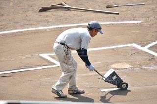 野球のバットを振る男の写真・画像素材[1321255]