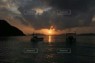 海に沈む夕日の写真・画像素材[4498982]