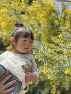 花を見る 娘の写真・画像素材[4500509]