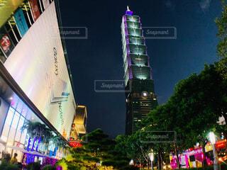 夜に明るくした街の写真・画像素材[4507591]