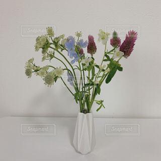 テーブルの上に花の花瓶の写真・画像素材[4508347]