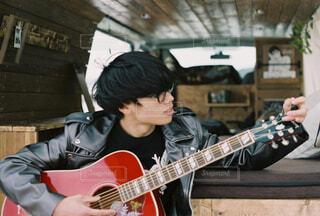 ギターを持っている人の写真・画像素材[4506078]