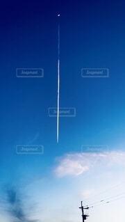 月から伸びる飛行機雲の写真・画像素材[4508844]