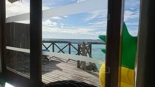 窓の前に広い水域を見るの写真・画像素材[4654093]