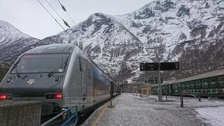 雪に覆われた山の側に列車が停まっているの写真・画像素材[4654116]