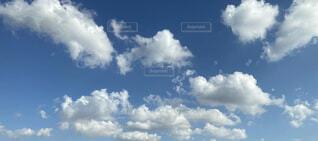 青空に白い雲の群の写真・画像素材[4509780]