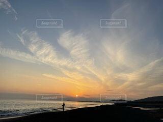 海辺に沈む夕日の写真・画像素材[4512988]