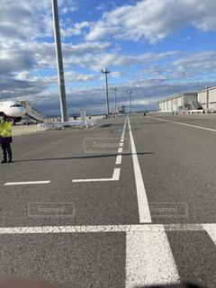 青空と飛行機がある空港内の写真・画像素材[4513004]