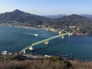 小さな海峡に架かる橋の写真・画像素材[4573780]