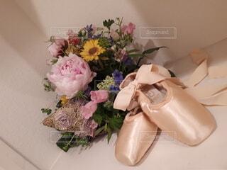 テーブルの上の花瓶に花束の写真・画像素材[4549626]