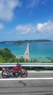 青い空、青い海、赤いバイクの写真・画像素材[4517788]