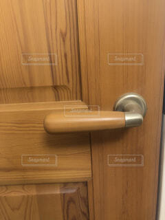 木目のドアノブの写真・画像素材[4540936]