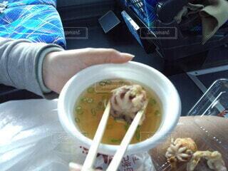 テーブルの上に食べ物を1杯入れるの写真・画像素材[4513935]