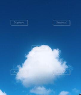 青空の中に雲の写真・画像素材[4654024]