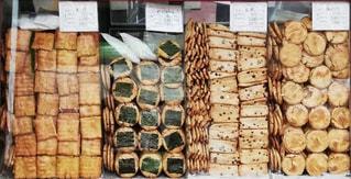 たくさんの食べ物で満たされた店の写真・画像素材[2944676]