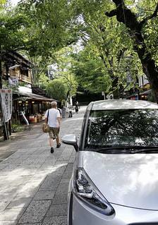 通りの側に駐車している車の写真・画像素材[3003451]