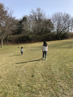休日に公園で遊ぶ親子の写真・画像素材[4527910]