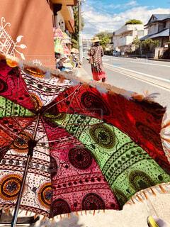 アジアンテイストの日傘と街並みの写真・画像素材[4546569]