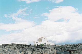 青空と白い家の写真・画像素材[4523714]