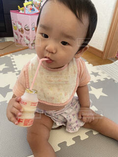 うまくジュースをのむ子供の写真・画像素材[4541375]