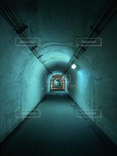 トンネルに薄い青色のライトの写真・画像素材[4527032]