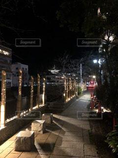 夜の街の通りの眺めの写真・画像素材[4527403]