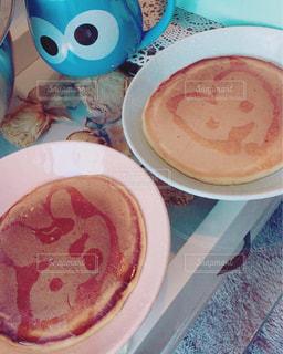 テーブルの上に食べ物のプレートの写真・画像素材[855535]