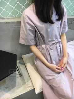 白いシャツの女の写真・画像素材[855557]