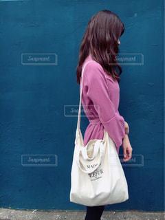 建物の前に立っている女の子の写真・画像素材[855563]
