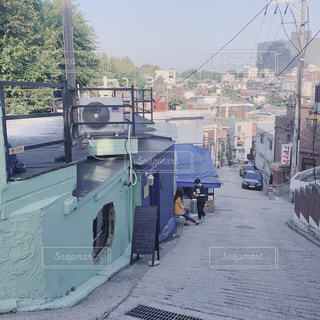 近くに忙しい街の通りのの写真・画像素材[1252082]